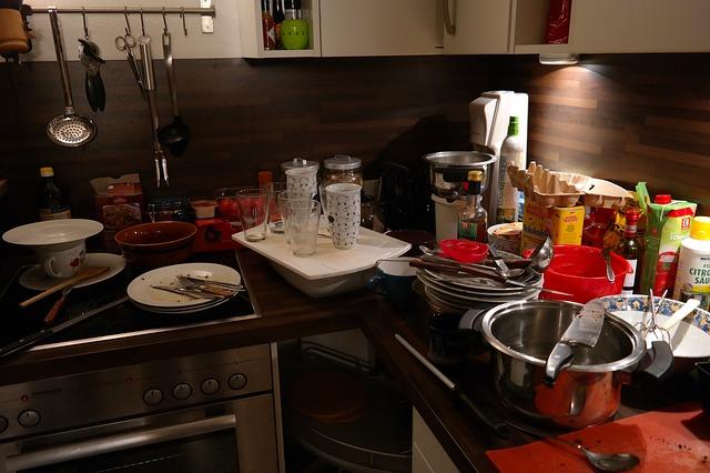 neuklizená kuchyň